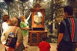 Im Deutschen Wald startete Museumsleiterin Monika Unterkötter die Reise durch die Sonderausstellung ASTrein – Automaten aus Holz. (Foto: Ralf Kapries)