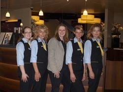 """Die Mitarbeiterinnen mit Gebietsleiterin Anja Huth (Mitte) sorgten für """"königlichen"""" Service."""